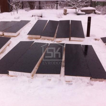 Обработка цокольных панелей дома из СИП панелей битумной мастикой (праймером)